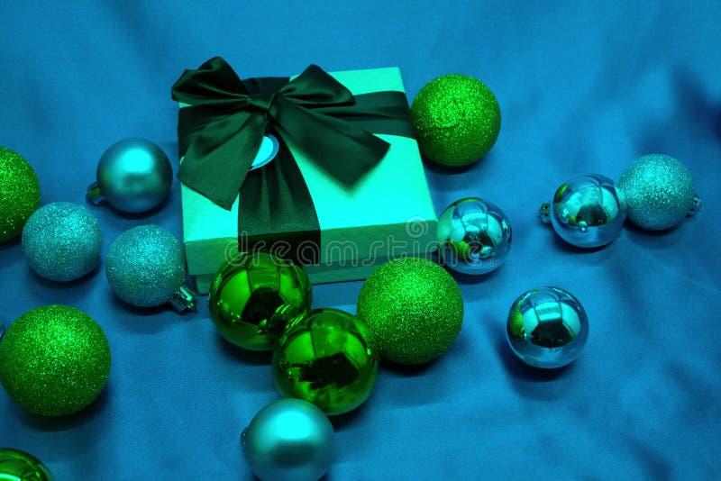 Подарочная коробка, ветви ели и синь рождества предпосылка стоковые фото