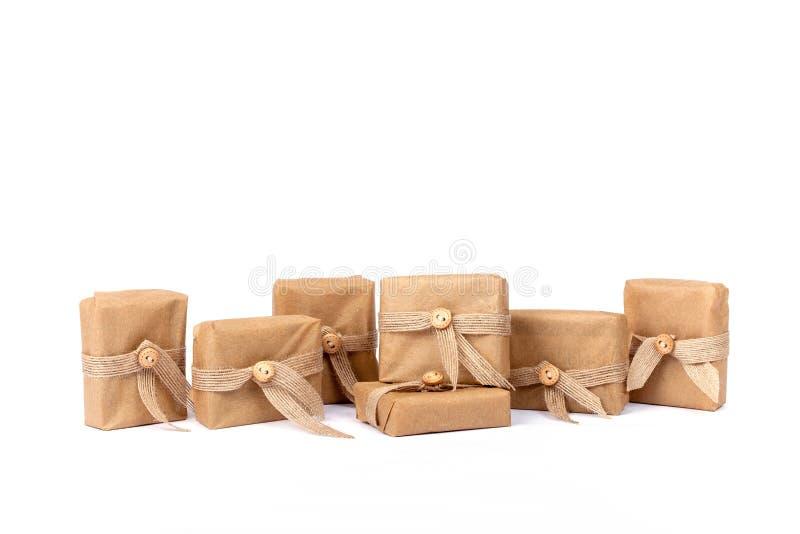 Подарочная коробка для рождества обернутая в коричневом цвете рециркулировала бумагу стоковое изображение