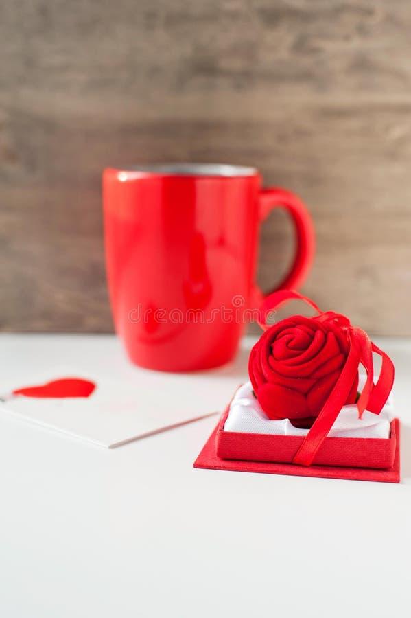 Подарочная коробка дня ` s валентинки с поздравительной открыткой и красной чашкой стоковое фото rf