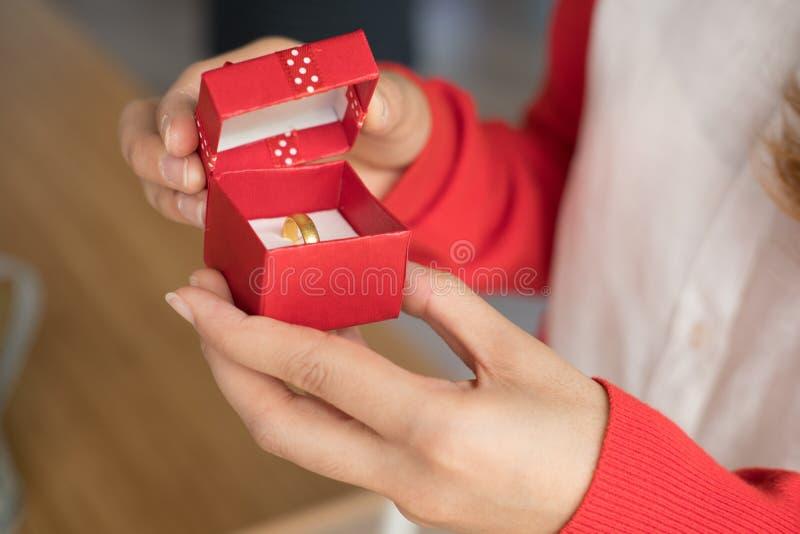 подарочная коробка женщины открытая с обручальным кольцом внутрь подруга получает стоковая фотография rf