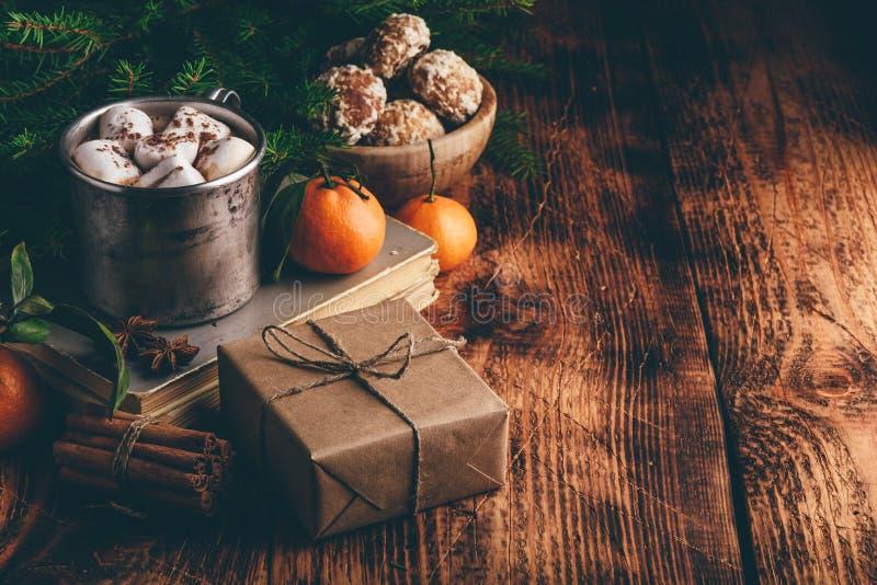 Подарочная коробка и горячий шоколад с зефирами стоковые фотографии rf