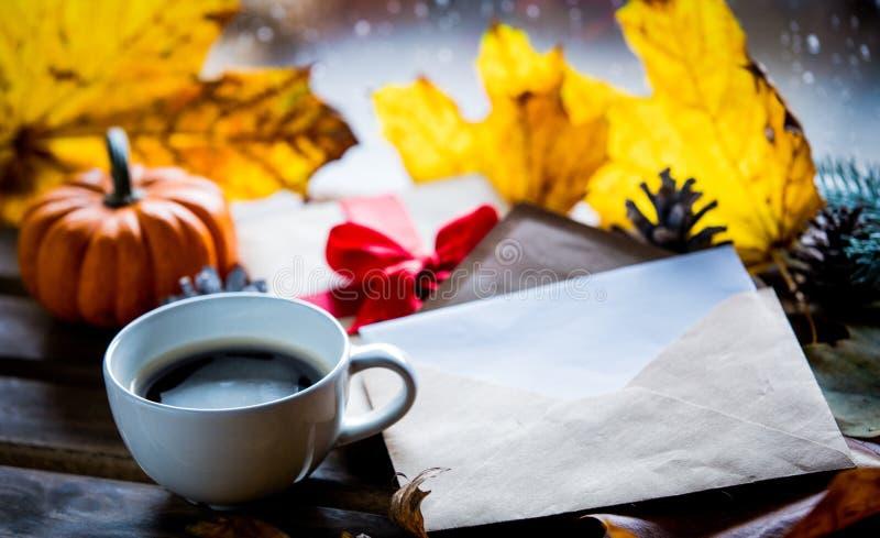 Подарочная коробка и кленовые листы приближают к конверту стоковое фото rf
