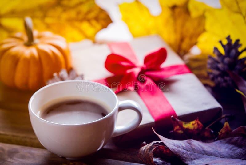 Подарочная коробка и кленовые листы с чашкой кофе стоковая фотография rf