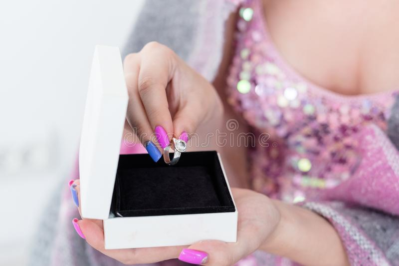 Подарочная коробка кольца женщины отношения пар захвата стоковая фотография