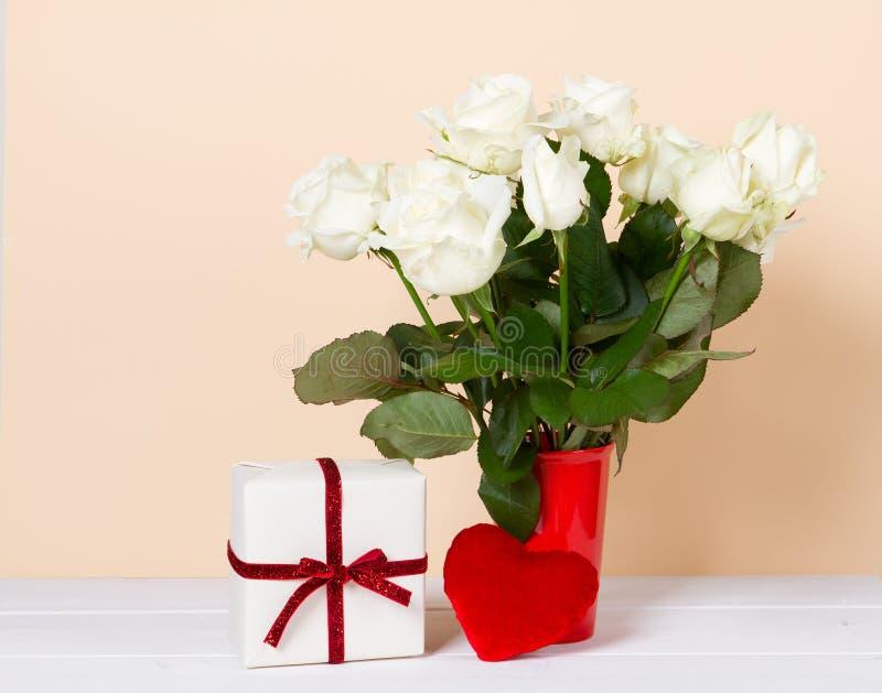 Подарочная коробка, красное сердце и ваза цветков стоковые изображения rf