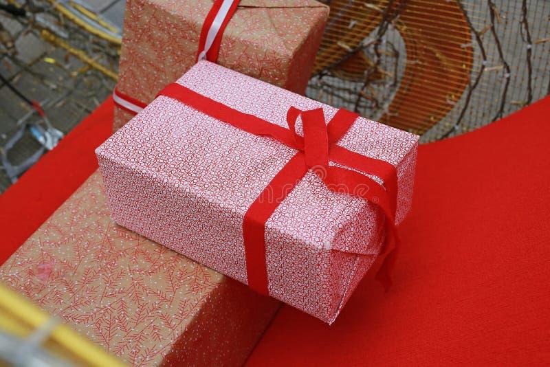 Подарочная коробка на времена украшения стоковое изображение rf