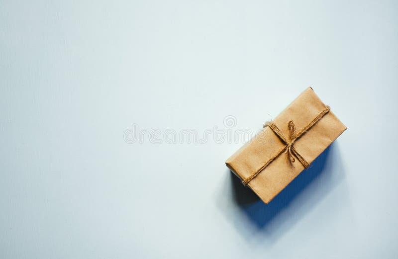Подарочная коробка на деревянной предпосылке стоковые изображения