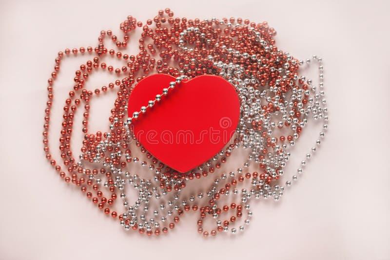 Подарочная коробка на праздничной предпосылке Красное сердце Подарок дня ` s Валентайн стоковое изображение rf