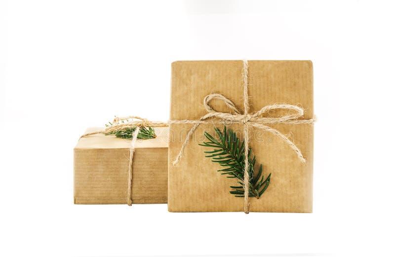 Подарочная коробка обернула бумагу ремесла на предпосылке изоляции стоковая фотография