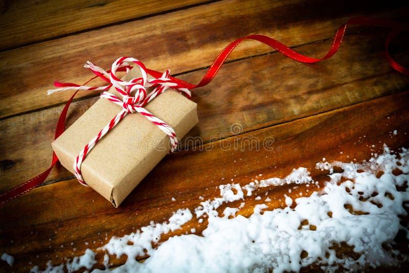 Подарочная коробка пакета на деревянном столе стоковые фото