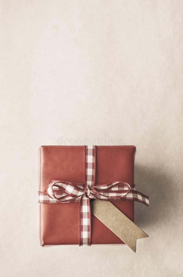 Подарочная коробка ретро стиля красная сверху с ярлыком стоковое изображение rf