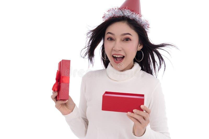 Подарочная коробка рождества женщины открытая изолированная на белой предпосылке стоковое фото rf