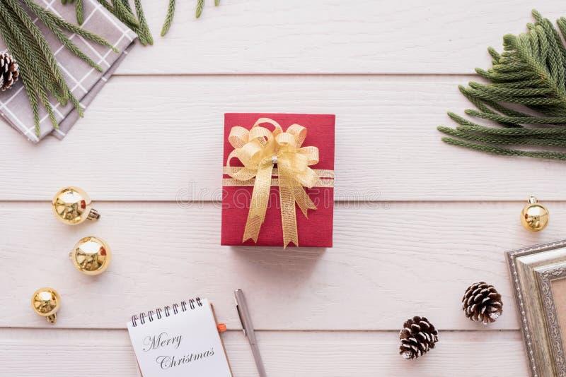 Подарочная коробка рождества на составе рождества на предпосылке текстуры деревянного стола стоковые фото