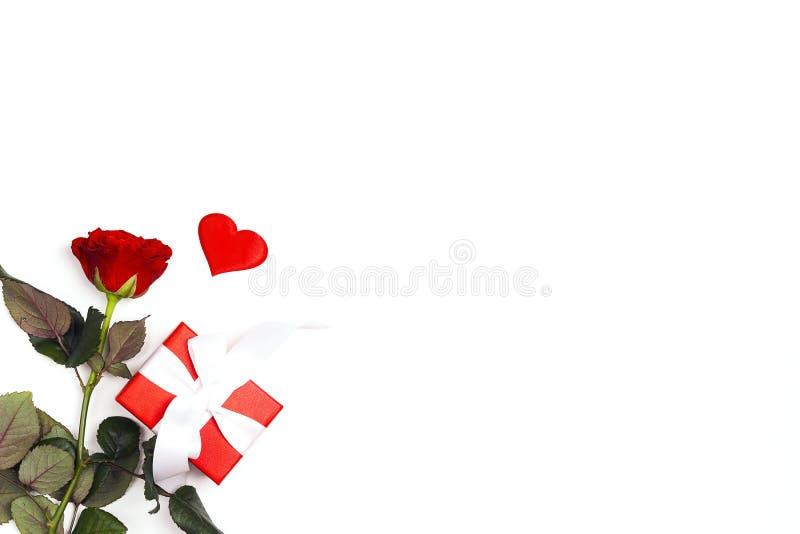 Подарочная коробка, розовый цветок и декоративные сердца на белой предпосылке Место для текста, покрывает вниз с состава стоковое фото rf