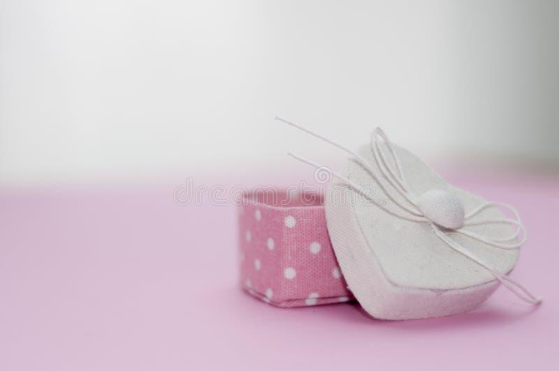 Подарочная коробка сердца дня ` s валентинки форменная стоковые изображения rf