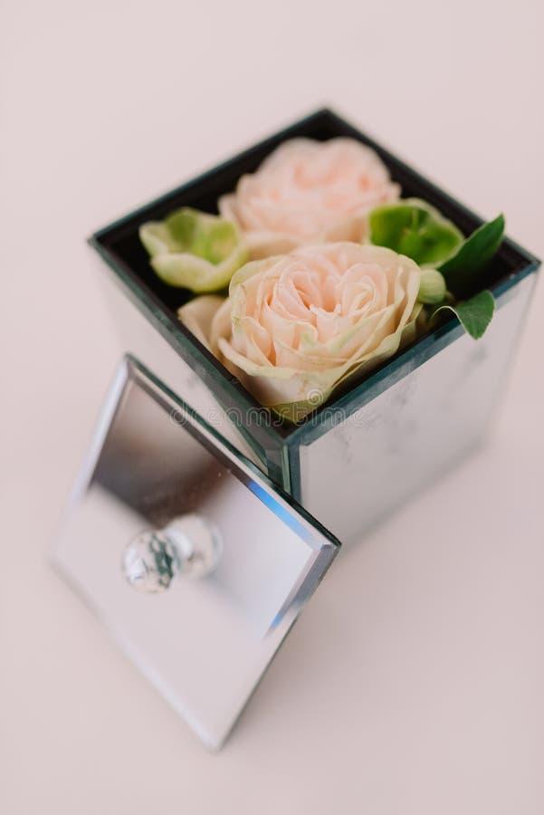 Подарочная коробка с поверхностью зеркала и нежными цветками внутрь, режим портрета стоковое изображение rf