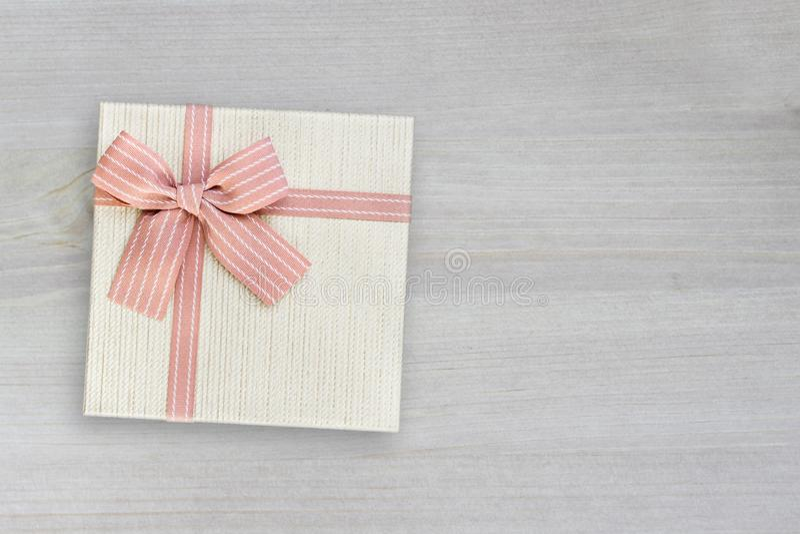 Подарочная коробка с розовой лентой на древесине, взгляде сверху стоковое фото rf