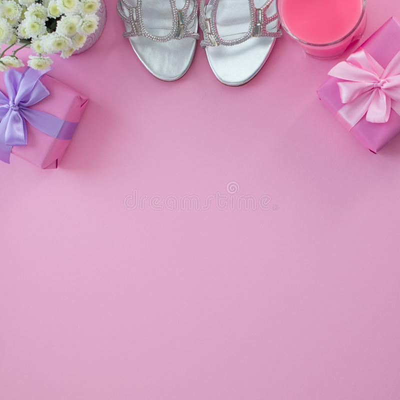 Подарочная коробка с смычком ленты сатинировки для цветков женщин покупает ботинки стекло коктеиля стоковая фотография