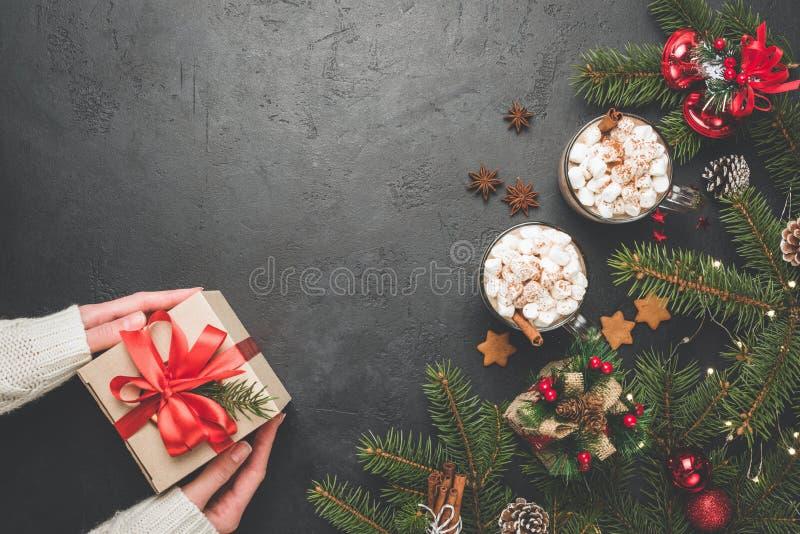 Подарочная коробка украшений горячего шоколада ели предпосылки рождества стоковые изображения rf