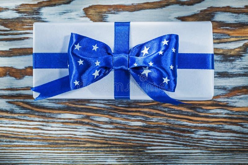 Подарочная коробка упакованная синью на деревянной доске стоковое фото