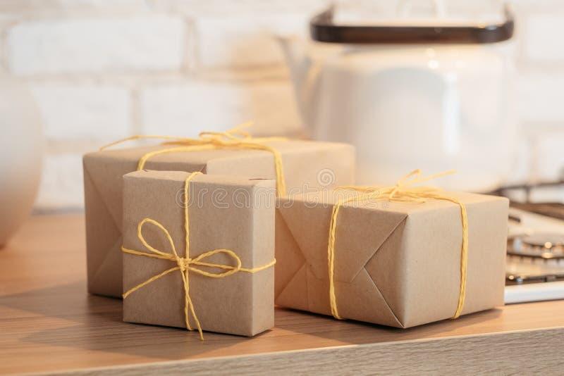 Подарочные коробки домодельной доставки еды деревенские handmade стоковое изображение rf