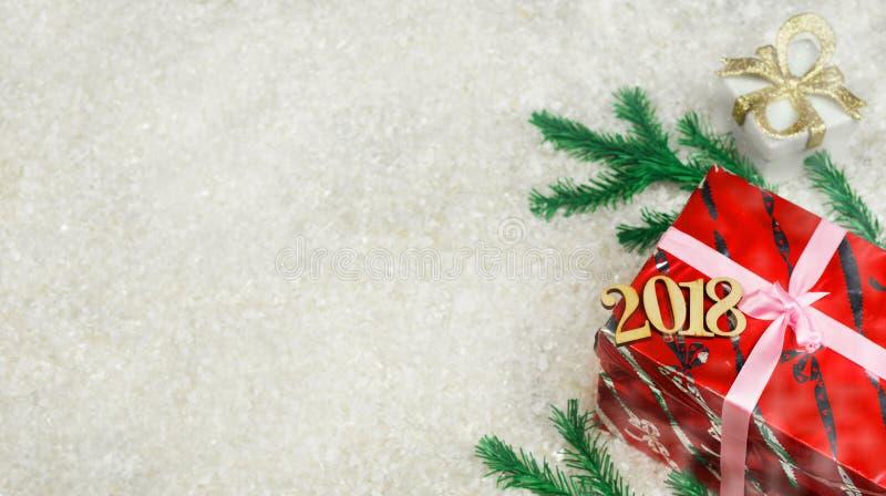 Подарочные коробки красного цвета и золота с ветвями рождественской елки стоковое фото