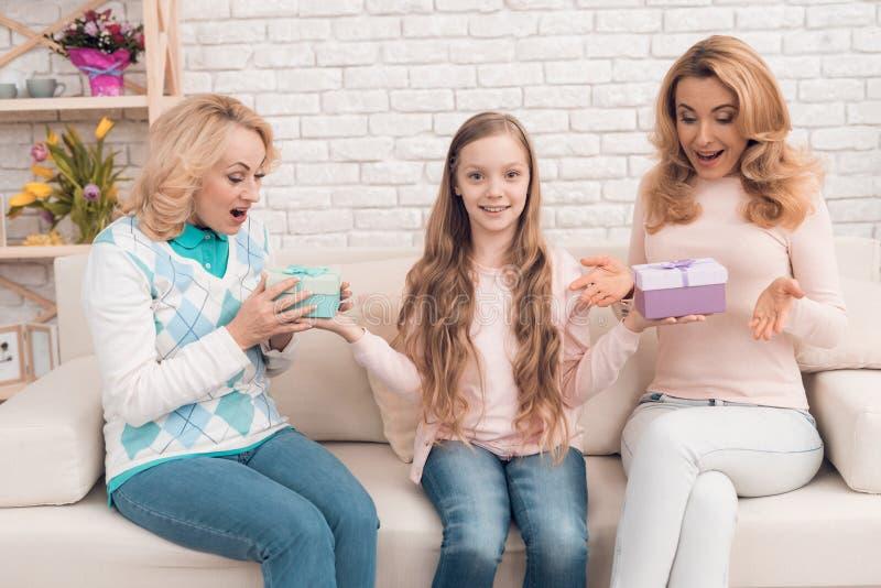 Подарочные коробки мамы, бабушки и маленькой девочки открытые на праздник стоковые изображения rf