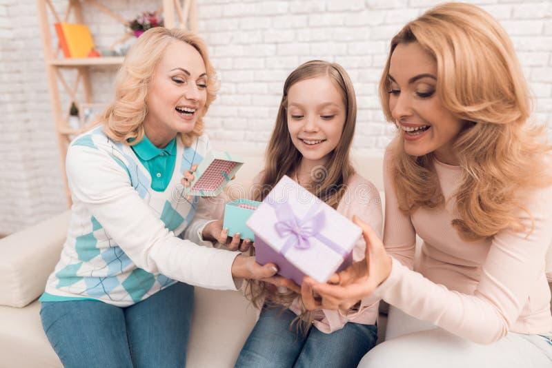 Подарочные коробки мамы, бабушки и маленькой девочки открытые на праздник стоковые фото