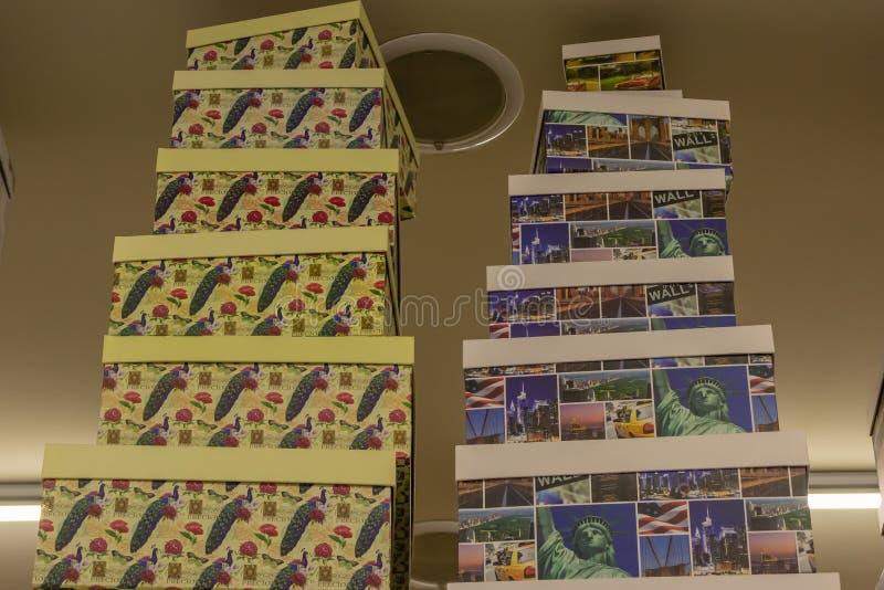 Подарочные коробки на полках в магазине стоковая фотография