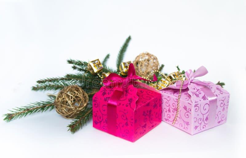 Подарочные коробки на предпосылке украшений рождества стоковая фотография rf