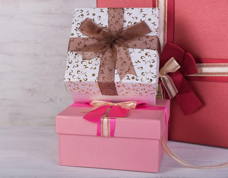 Подарочные коробки на предпосылке grunge белой деревянной стоковое изображение