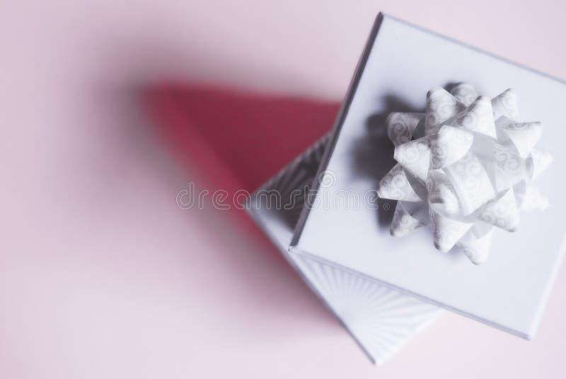 Подарочные коробки на розовой предпосылке стоковые изображения