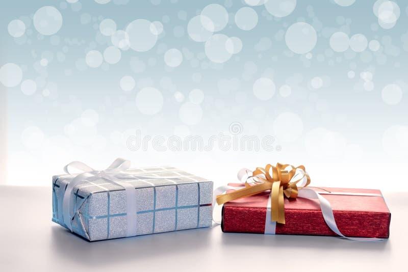 Подарочные коробки против предпосылки bokeh стоковая фотография