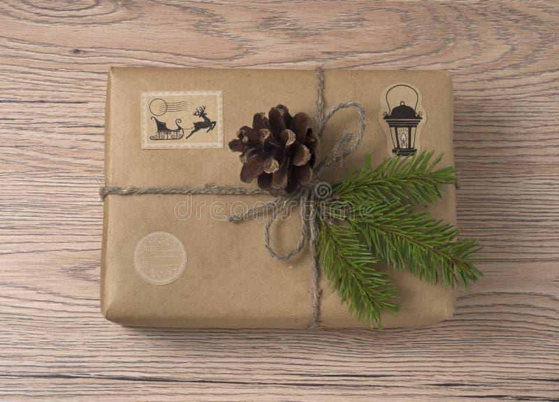 Подарочные коробки рождества или Нового Года в оболочке в бумаге kraft с елью стоковое фото rf