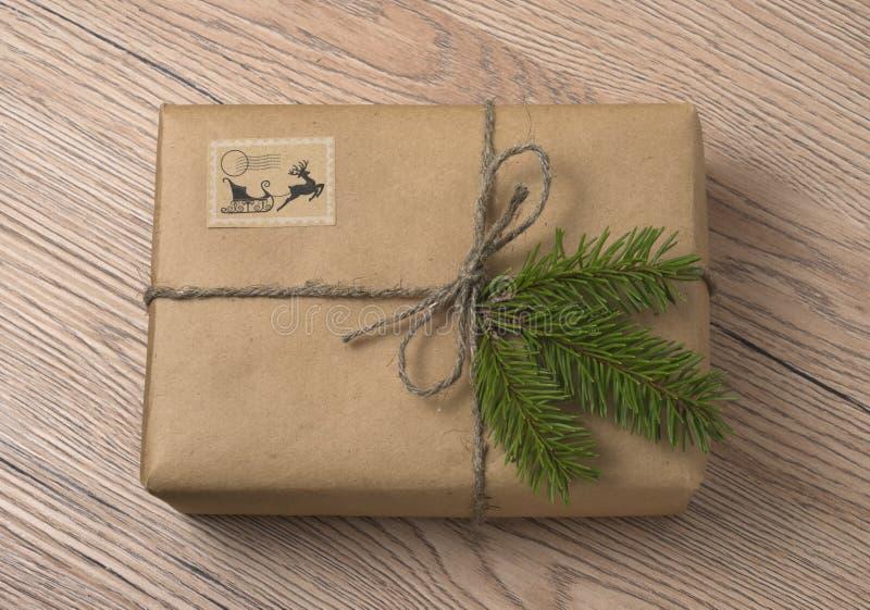 Подарочные коробки рождества или Нового Года в оболочке в бумаге kraft с елью стоковое изображение rf