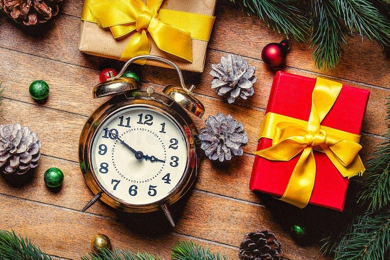 Подарочные коробки рождества и меньший будильник стоковое фото rf