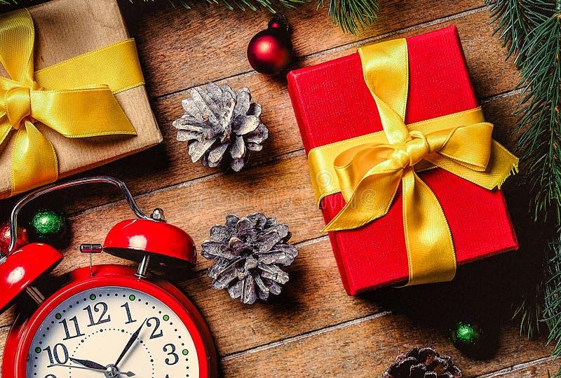 Подарочные коробки рождества и меньший будильник стоковое изображение