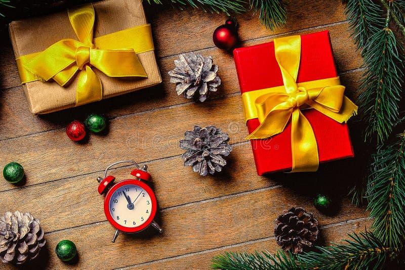 Подарочные коробки рождества и меньший будильник стоковая фотография rf