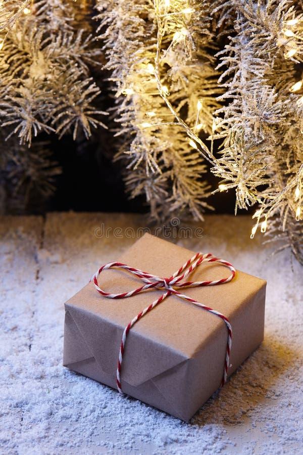 Подарочные коробки рождества обернутые в бумаге kraft под елью стоковые изображения