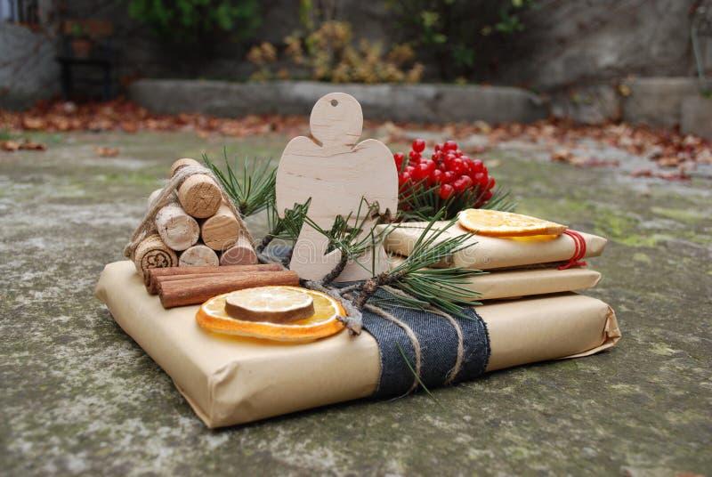 Подарочные коробки рождества представляют сцену с украшениями сосны, оленей и xmas стоковая фотография rf