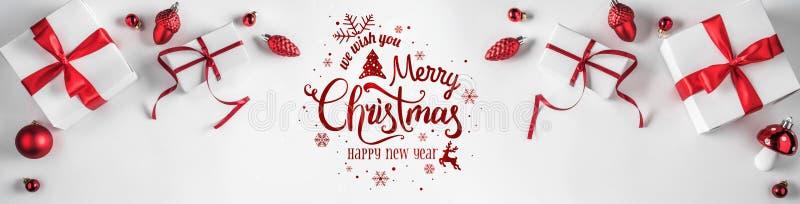 Подарочные коробки рождества с красными лентой и украшением на белой предпосылке Xmas и С Новым Годом! тема, снег стоковые фото