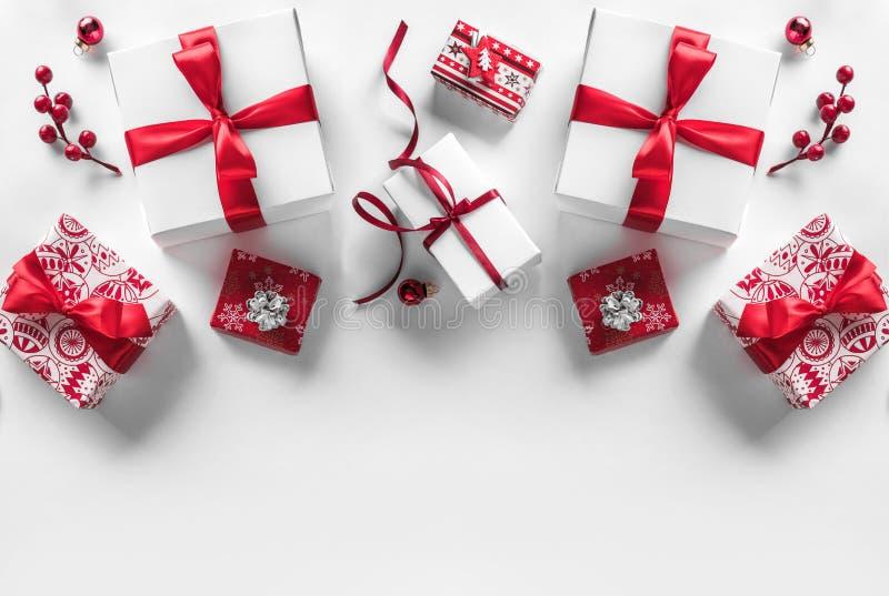 Подарочные коробки рождества с красными лентой и украшением на белой предпосылке Xmas и С Новым Годом! тема, снег стоковые изображения