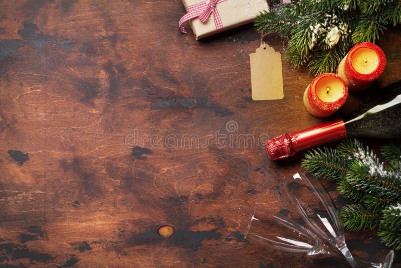 Подарочные коробки, свечи и шампанское рождества стоковое изображение