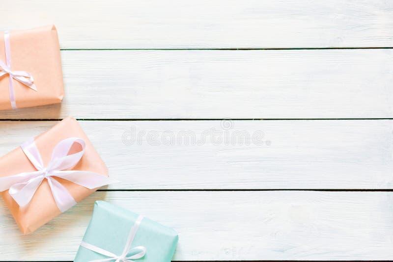 Подарочные коробки цветов персика и мяты на белой деревянной предпосылке r Свободное место для вашего положения текста плоского стоковые фотографии rf
