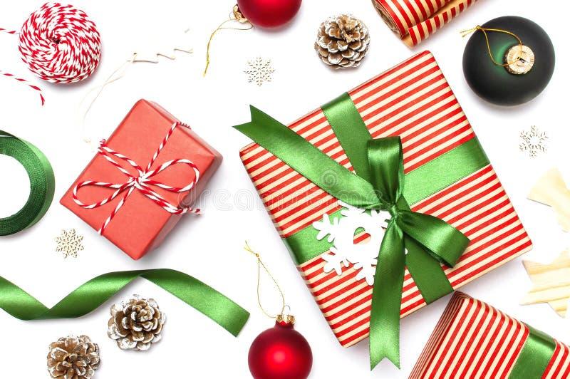 Подарочные коробки, шарики рождества, игрушки, конусы ели, лента на белой предпосылке Праздничный, поздравление, подарки на рожде стоковые фотографии rf