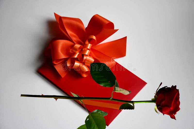 Подарочный сертификат с красным смычком стоковая фотография rf