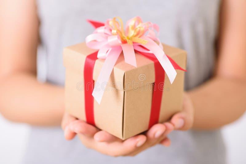Подарочный ящик в наличии для выдачи стоковое изображение rf