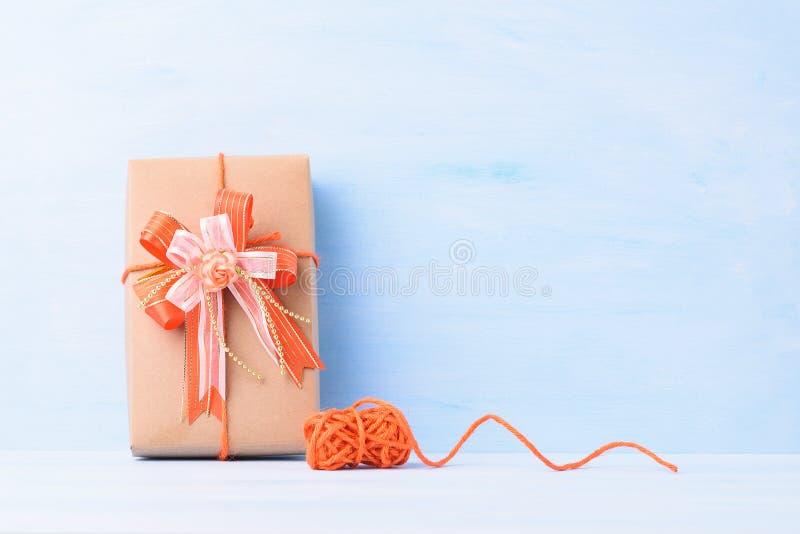 Подарочный ящик с оранжевой лентой стоковая фотография rf