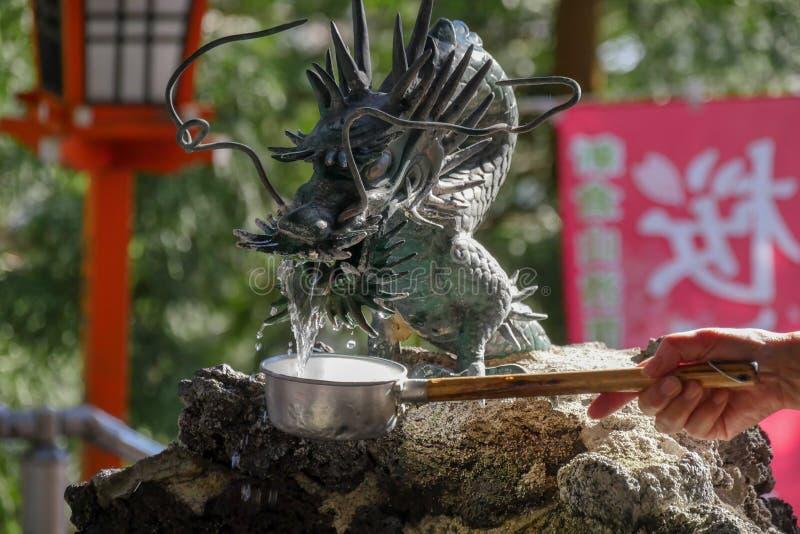 Подача воды дракона в висок в Японии стоковое изображение