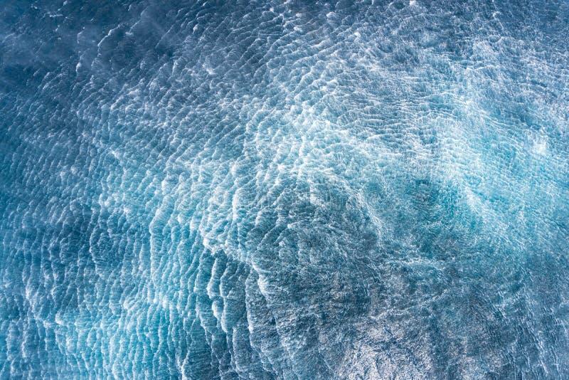 Подача завихрения морской воды случиться хмелем вертолета над поверхностью воды стоковая фотография